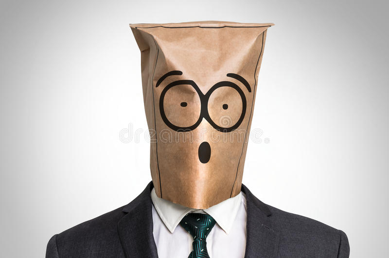 Biznesmen z torbą na głowie z zdziwioną twarzą - obrazy royalty free