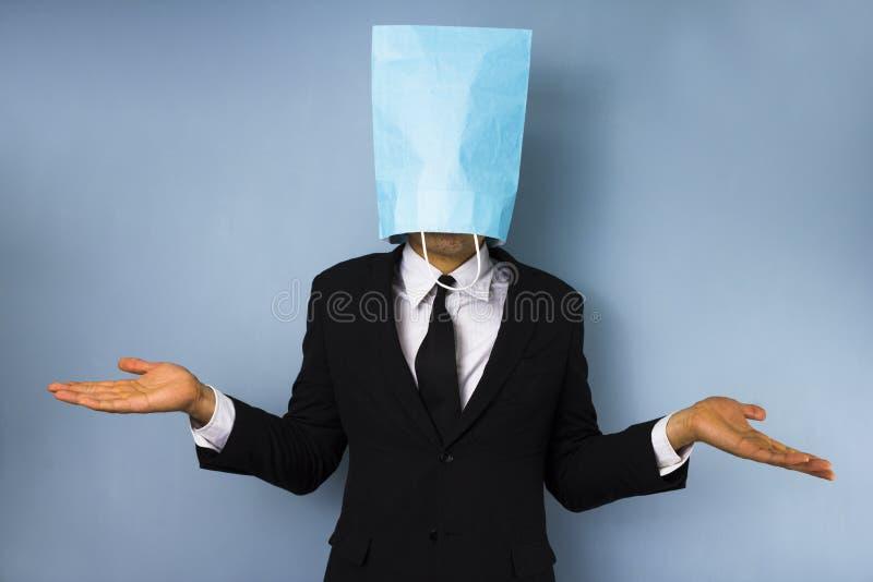 Biznesmen z torbą nad jego głową zdjęcia stock