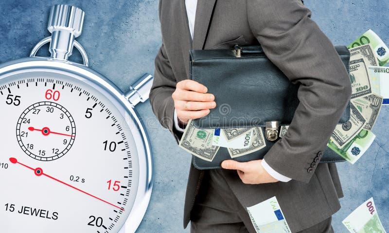 Download Biznesmen Z Walizką Pełno Pieniądze Zdjęcie Stock - Obraz złożonej z folował, kostium: 65226126
