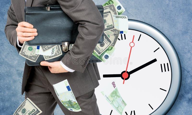 Download Biznesmen Z Walizką Pełno Pieniądze Zdjęcie Stock - Obraz złożonej z walizka, facet: 65226128