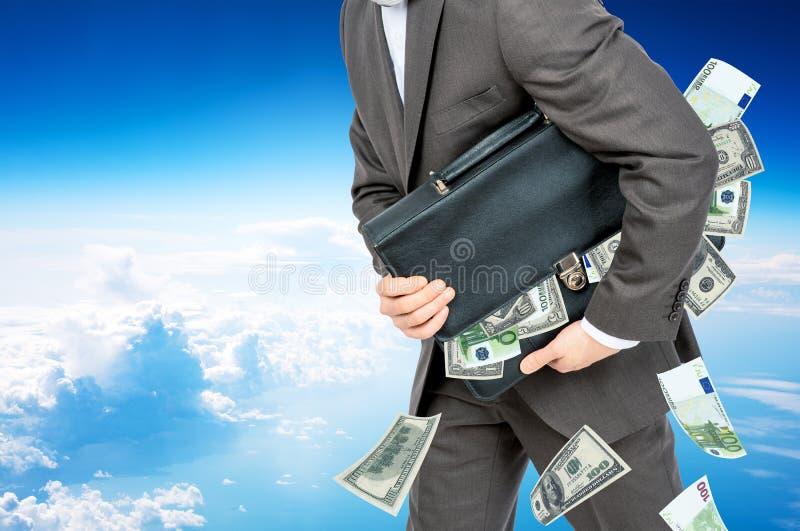 Download Biznesmen Z Walizką Pełno Pieniądze Obraz Stock - Obraz złożonej z pojęcie, profesjonalizm: 65226367