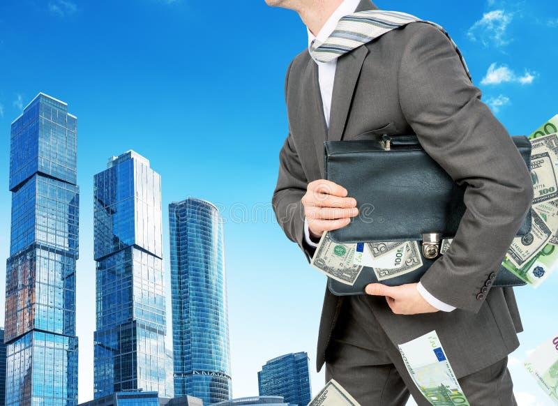 Download Biznesmen Z Walizką Pełno Pieniądze Obraz Stock - Obraz złożonej z samiec, dorosły: 65226405