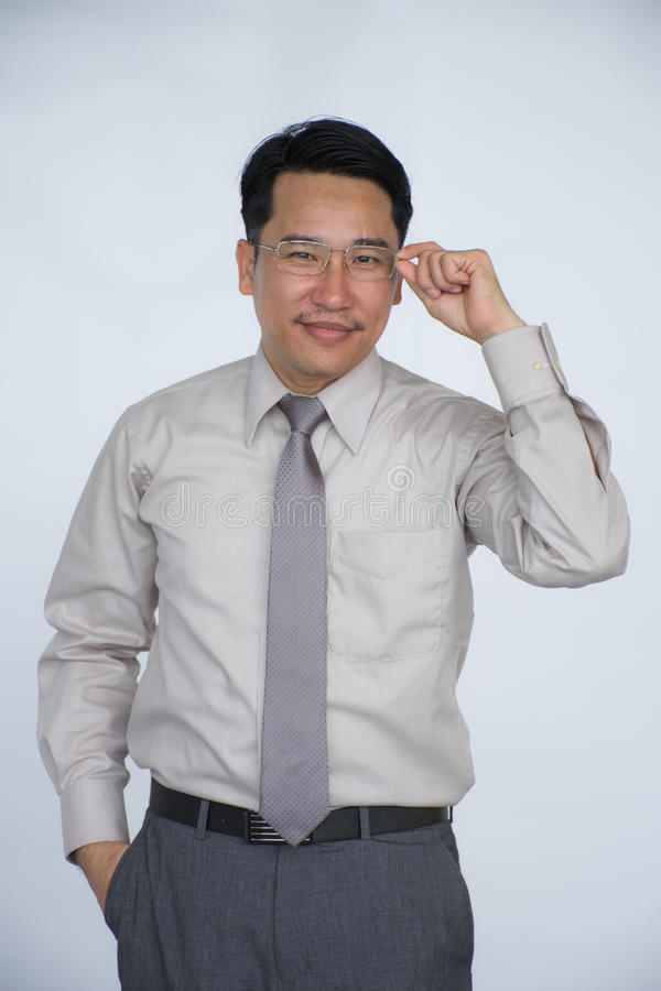 Biznesmen z wielkim uśmiechem jest popełniający i ufny, odosobniony na tle, zdjęcie royalty free
