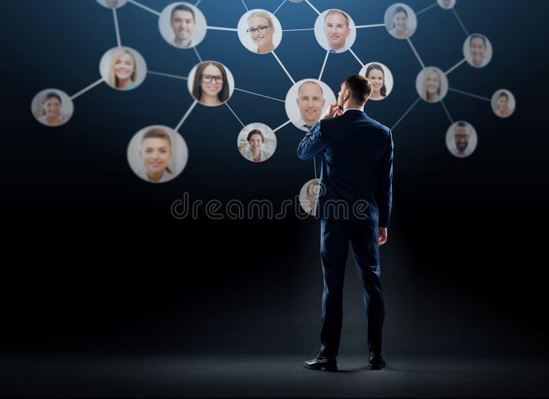 Biznesmen z wirtualną siecią korporacyjną obrazy royalty free