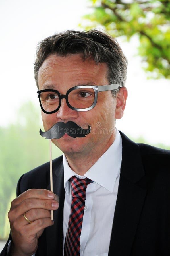 biznesmen z zabawkarskim wąsem i szkłami fotografia royalty free