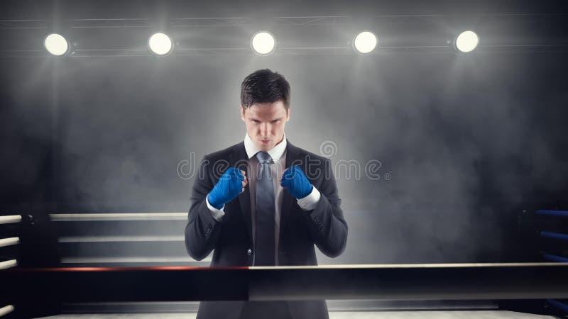 Biznesmen zaciska zawijać pięści w bokserskim pierścionku fotografia royalty free
