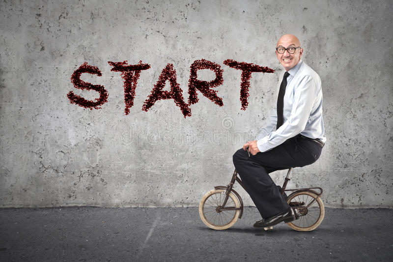 Biznesmen zaczyna jadący rower obraz royalty free