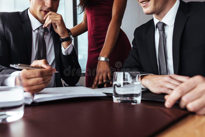 Biznesmen zauważa ważnych punkty podczas spotkania obrazy stock