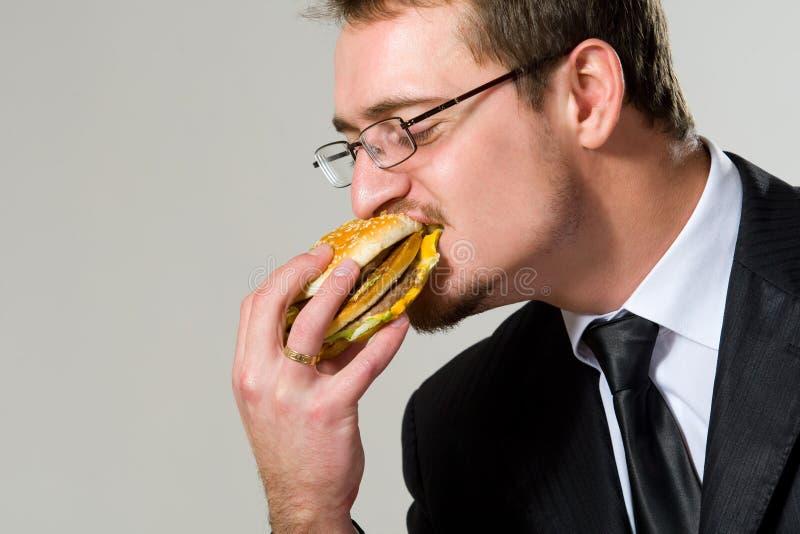 biznesmena łasowania hamburger głodny obrazy stock