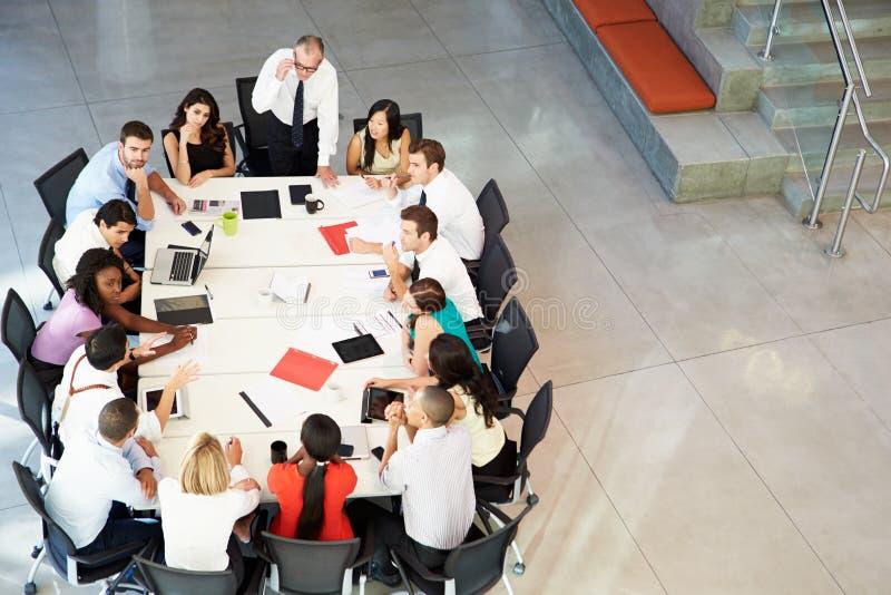 Biznesmena adresowania spotkanie Wokoło sala posiedzeń stołu obrazy stock