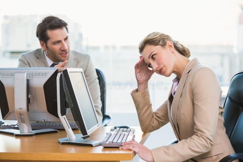 Biznesmena argumentowanie z kolegą obraz stock