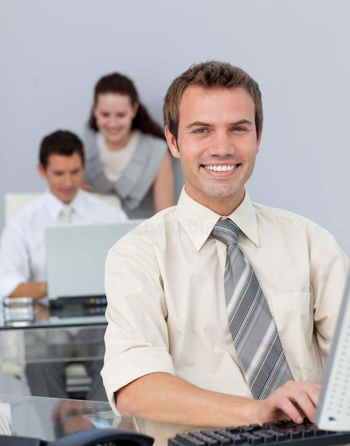 biznesmena atrakcyjny komputer jego działanie zdjęcia stock