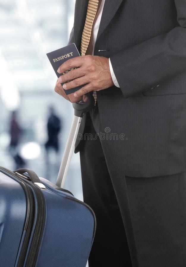 Biznesmena bagażu paszporta Zamazani podróżnicy w Lotniskowym Concou obrazy stock