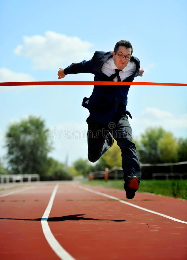 Biznesmena bieg na sportowym szlakowym odświętności zwycięstwie w praca sukcesu pojęciu zdjęcia royalty free