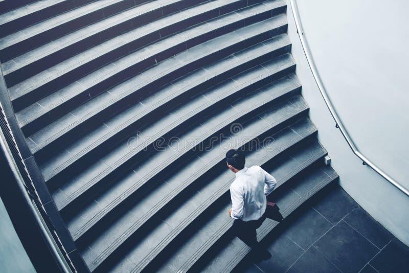 Biznesmena bieg postu na piętrze przyrost w górę sukcesu pojęcia obraz royalty free