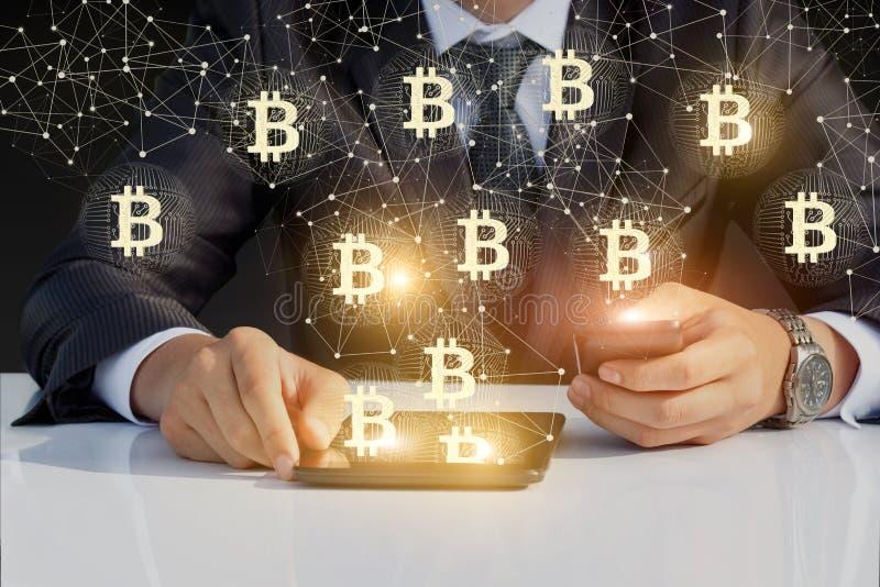 Biznesmena bieg z bitcoin na twój pastylce i telefonie fotografia royalty free