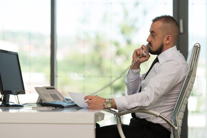 Download Biznesmena Biura Target1143_0_ Telefon Zdjęcie Stock - Obraz złożonej z zakończenie, ubierający: 42525994