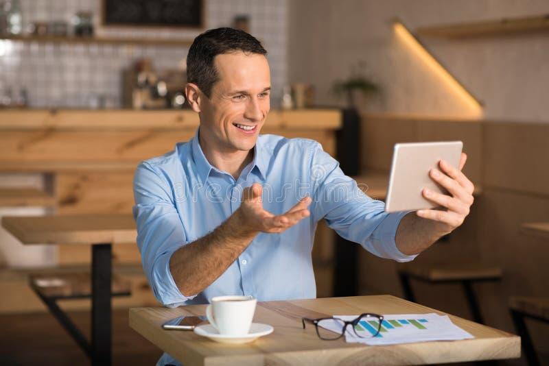 Biznesmena cafï ¿ ½ ma videochat zdjęcia royalty free