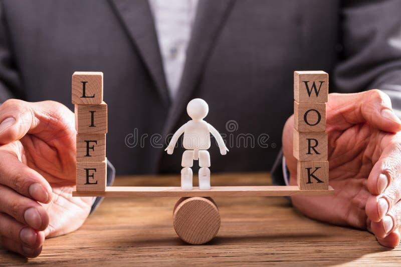 Biznesmena chronienia praca I życie równowaga obraz stock