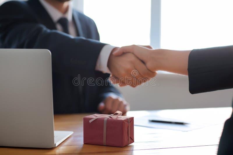 Biznesmena chwiania ręki z kobietą po łapówkarstwa banknot?w poj?cia korupci dolarowej koperty odosobniony biel fotografia stock