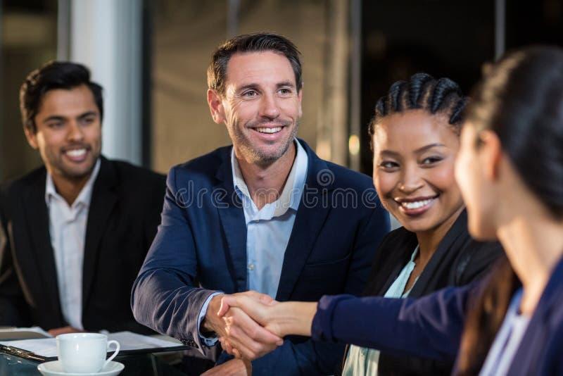 Biznesmena chwiania ręki z kolegą fotografia stock