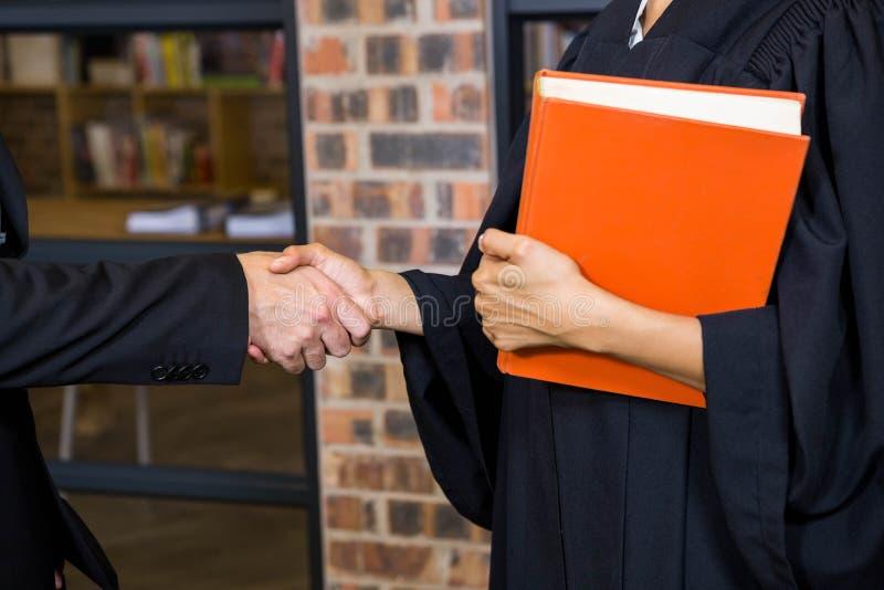 Biznesmena chwiania ręki z prawnikiem zdjęcia stock