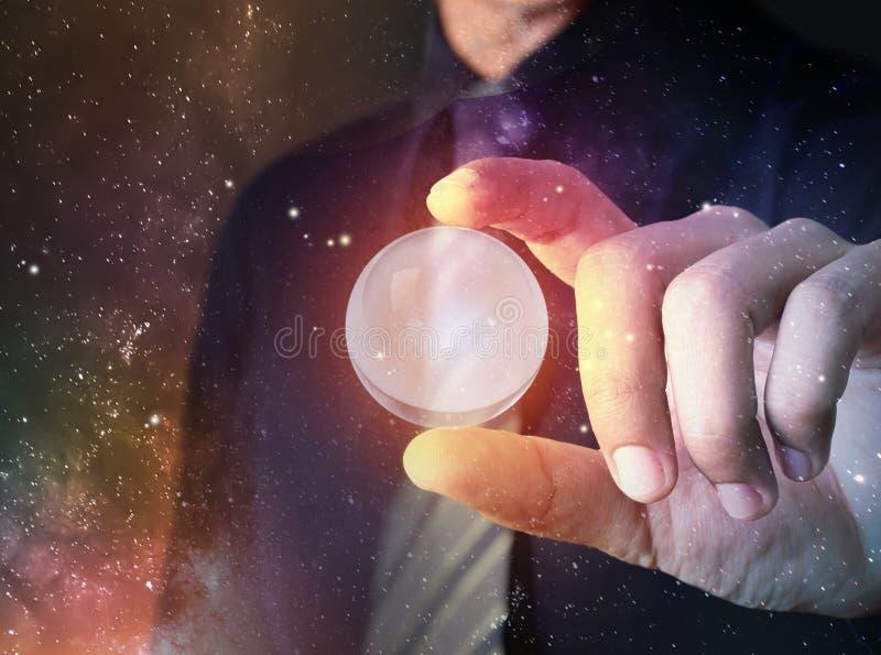Biznesmena chwyta kryształ - jasny piłka model z univers fotografia stock