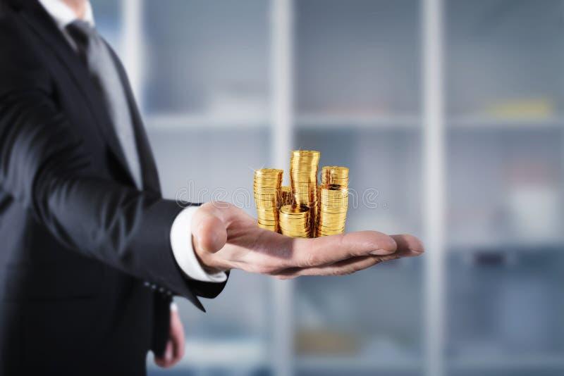Biznesmena chwyta stosy pieniądze Pojęcie sukcesu i firmy przyrost obraz stock