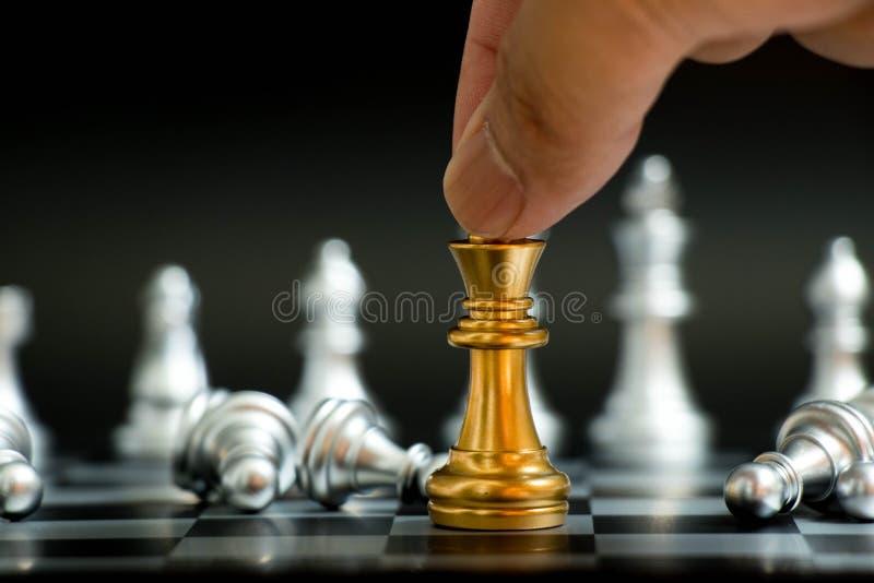 Biznesmena chwyta złocisty królewiątko z srebnym pionkiem kłaść puszek zdjęcie royalty free