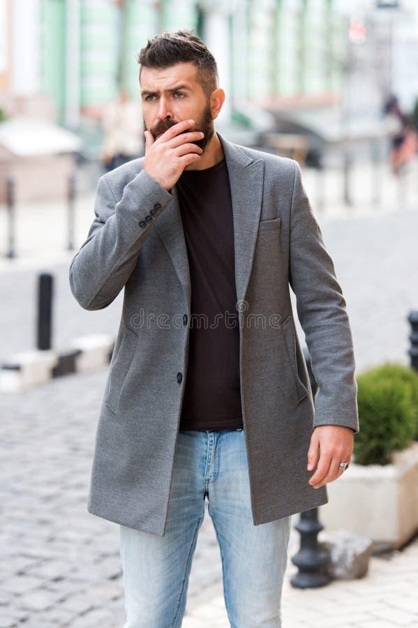 Biznesmena chwytający taxi podczas gdy stojący outdoors miastowego tło Mężczyzny brodatego modnisia przypadkowy styl czekać na ta zdjęcia stock