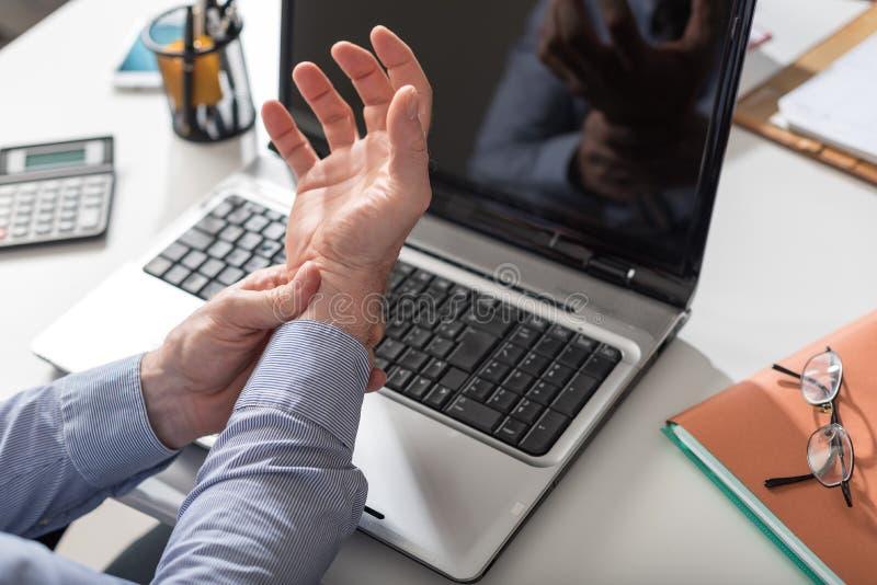 Biznesmena cierpienie od nadgarstku bólu zdjęcie stock