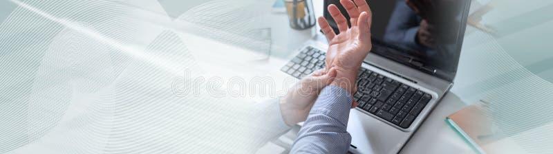 Biznesmena cierpienie od nadgarstku b?lu sztandar panoramiczny obraz stock
