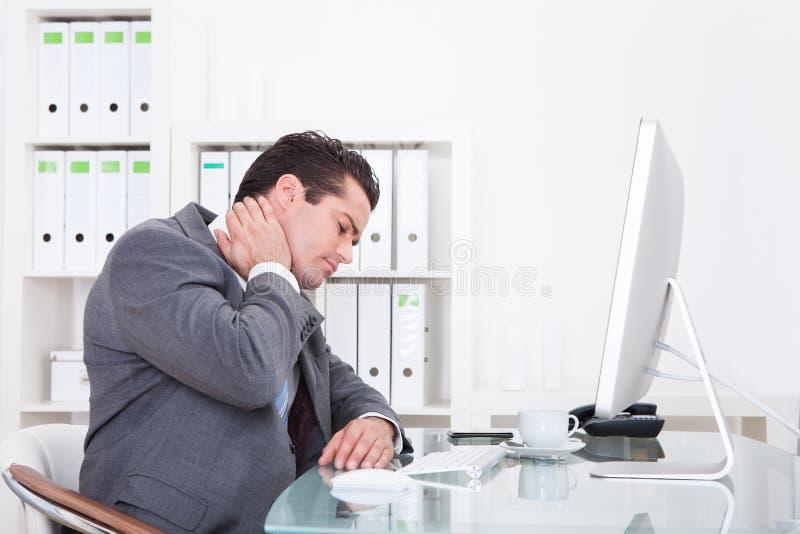 Biznesmena cierpienie od szyja bólu obrazy stock