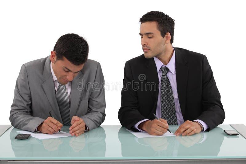 Biznesmena cyganienie w egzaminie obrazy stock