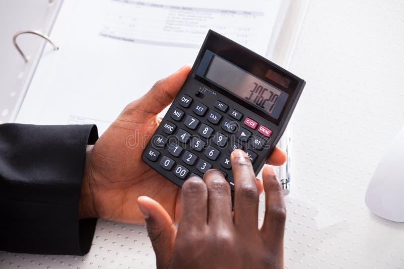 Biznesmena cyrklowania finanse przy biurem obraz royalty free
