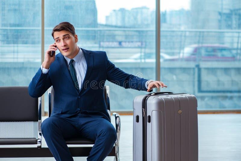 Biznesmena czekanie przy lotniskiem dla jego samolotu w biznesu cla zdjęcie stock