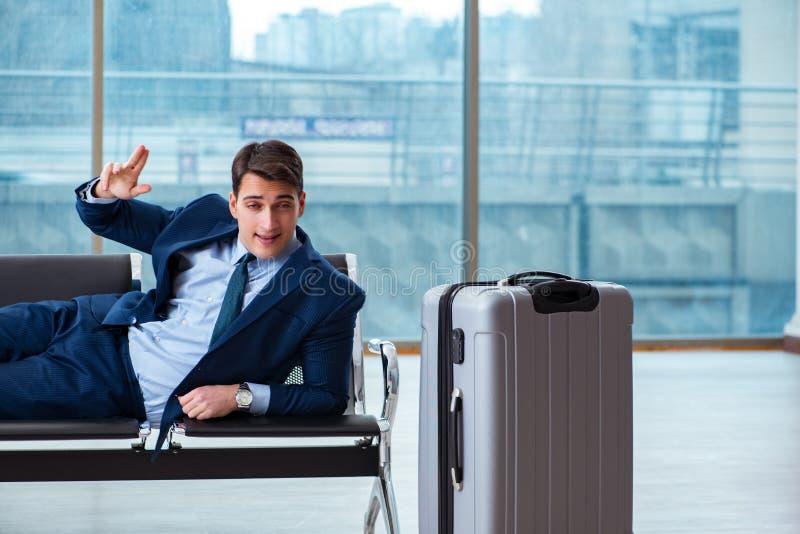 Biznesmena czekanie przy lotniskiem dla jego samolotu w biznesu cla obraz royalty free