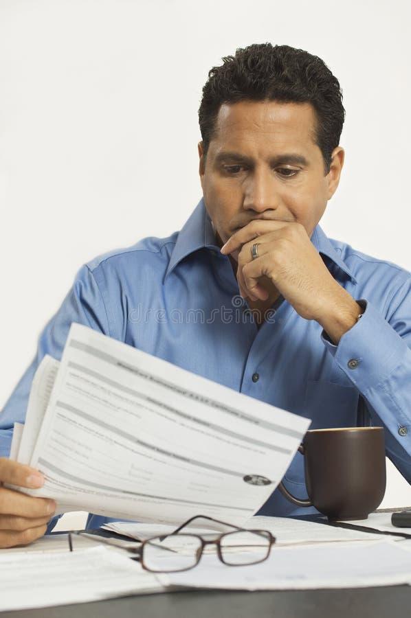 Biznesmena czytania dokument W biurze obraz royalty free