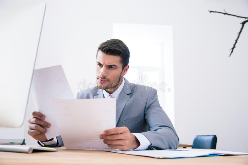 Biznesmena czytania papiery W biurze fotografia royalty free