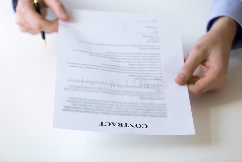 Biznesmena czytanie i sprawdzać przy kontraktacyjnym dokumentem warunki fotografia royalty free