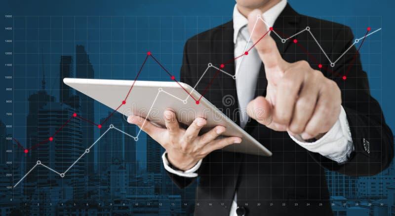 Biznesmena dźwigania wzruszający wykres na ekranie Biznesowy przyrosta, inwestyci i finanse pojęcie, zdjęcie stock