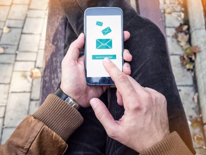 Biznesmena dosłania e-mail przez nowożytnego smartphone obrazy royalty free