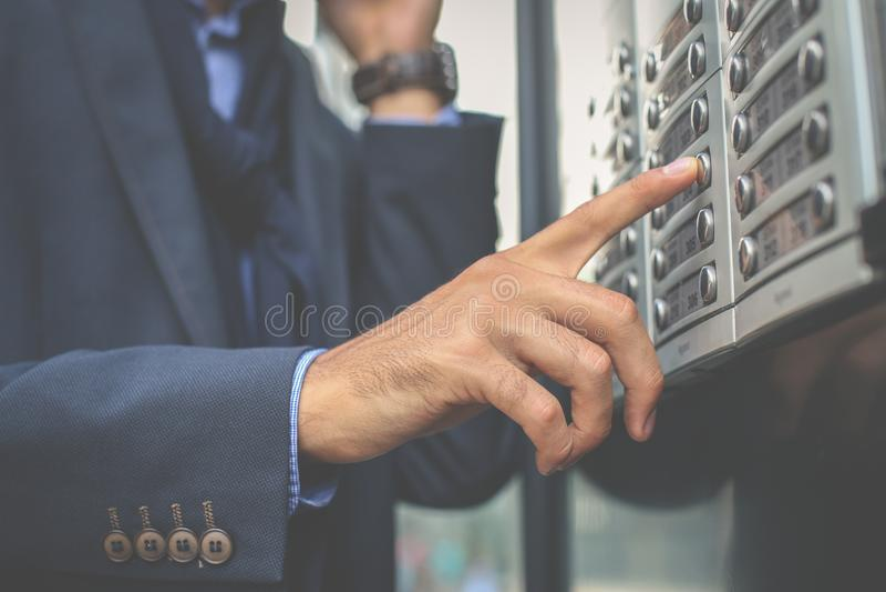 Biznesmena dosunięcia dno na budynku Ostrość jest na ręce zdjęcia stock