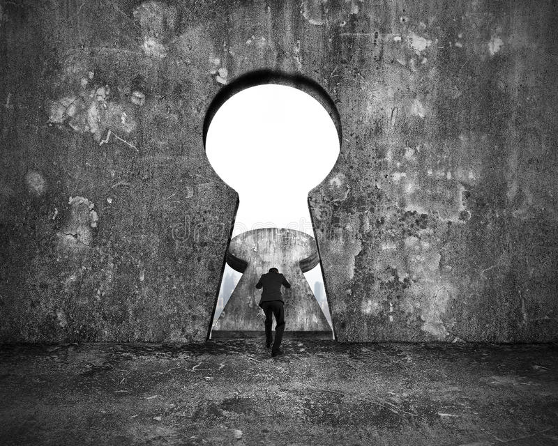 Biznesmena dosunięcia keyhole drzwi z miasto budynków widokiem zdjęcia royalty free