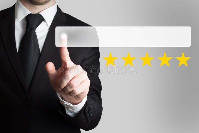 Biznesmena dosunięcia płascy pięć guzika oszacowywa gwiazdy obraz stock