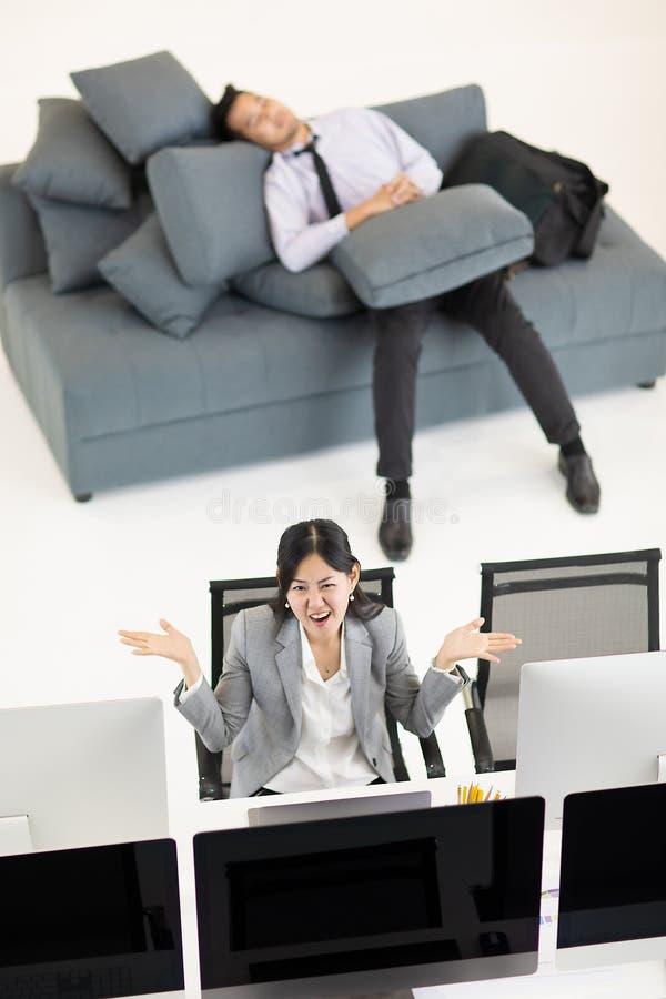 Biznesmena dosypianie na kanapie w godzinach pracujących podczas gdy biznesowy wom obraz stock