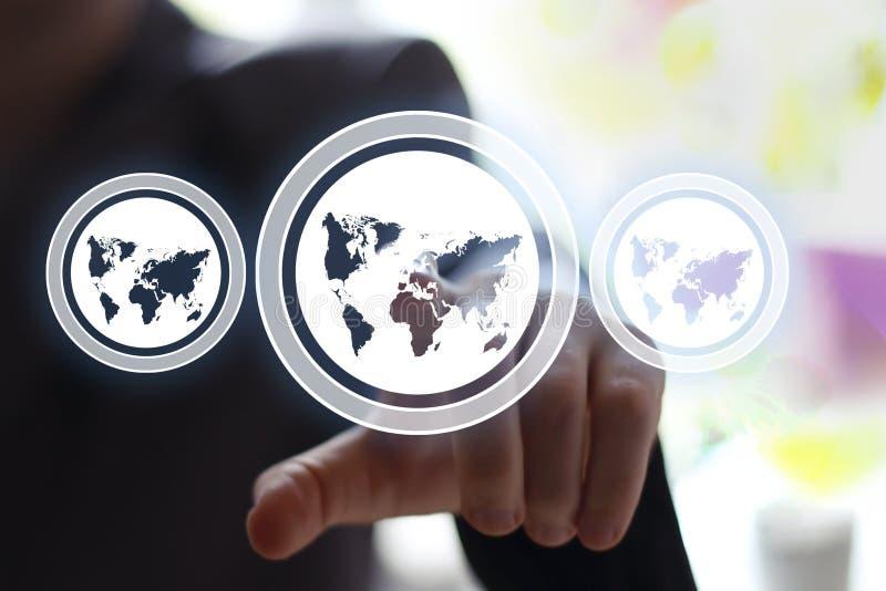 Biznesmena dotyka interfejsu guzika sieci mapy ikona obraz stock