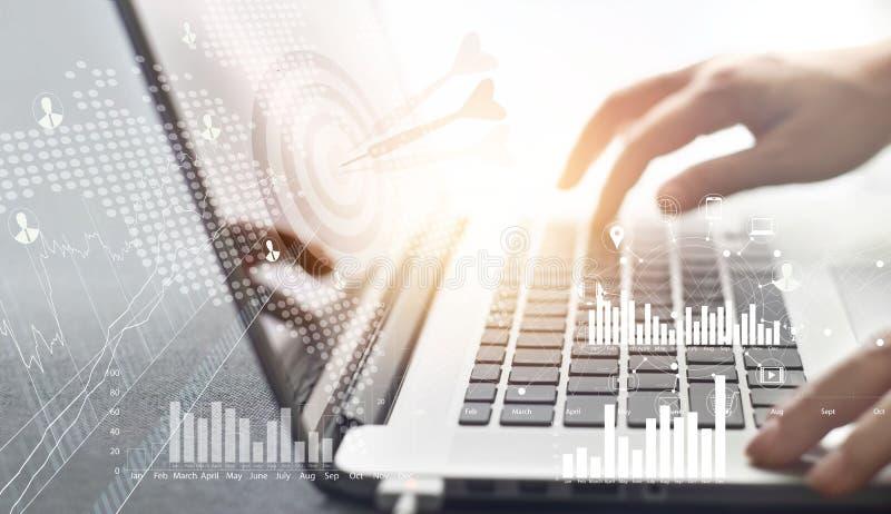Biznesmena działanie i plan strategia cel na sieci sieci związku inwestyci z cyfrową ikoną na laptopu tle fotografia royalty free