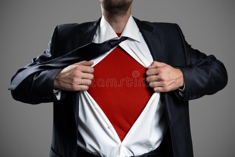 Biznesmena działanie Lubi Super bohatera I Drzeć Jego koszula obraz stock