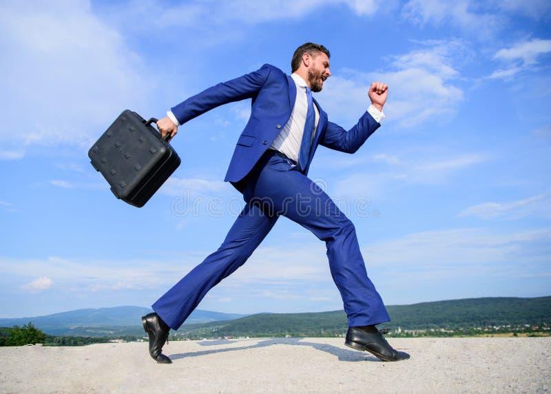 Biznesmena formalny kostium niesie teczki nieba tło Biznesmen śpieszy biznesowy spotkanie Będę tam wewnątrz obrazy royalty free